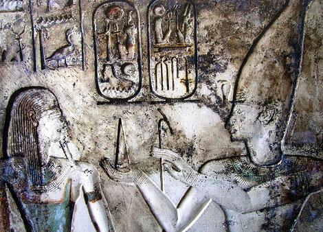 Imagen de un relieve de uno de los templos descubiertos.   Foto: Efe